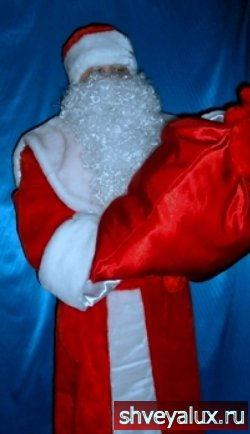 Костюм Деда Мороза меховой, сделан из красного и белого меха из Европы.