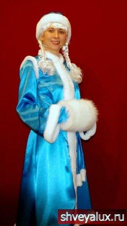 Костюм Снегурочки АНГЕЛ. Аксессуары – рукавички, шапочка, муфточка из песцового меха, косички и пелерина.