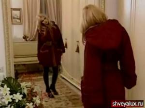 Одна и та же куртка в разных вариантах: в капюшоне, с поясом, без пояса будет по-своему красиво смотреться.