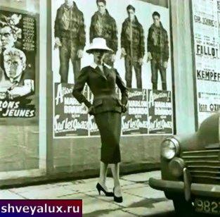 Юбка карандаш на девушке в белой шляпе.